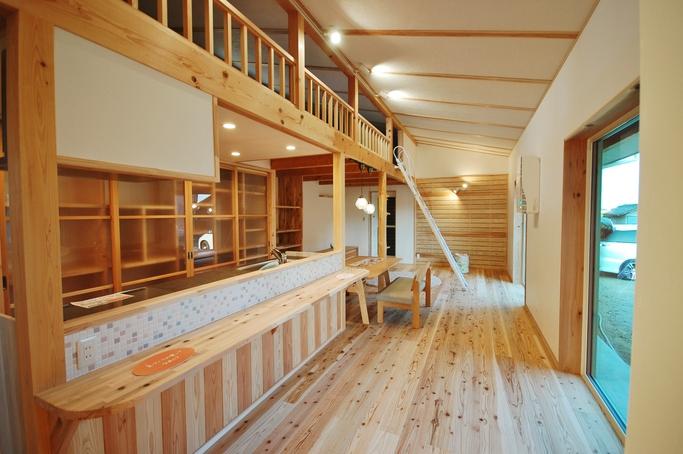 つくり付け家具が素敵なロフトでつながる平屋
